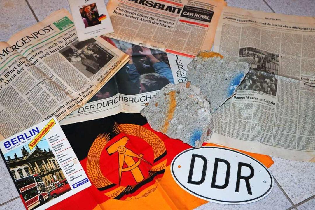 Diese Erinnerungen an den Mauerfall ho...r 1989 oder auch ein altes Autoschild.  | Foto: Martha Weishaar
