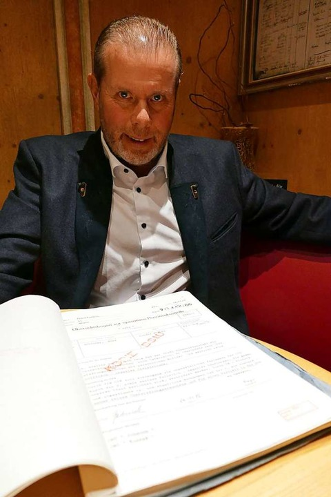 Mike Böttcher und seine Stasiakte .  | Foto: Ralf Morys