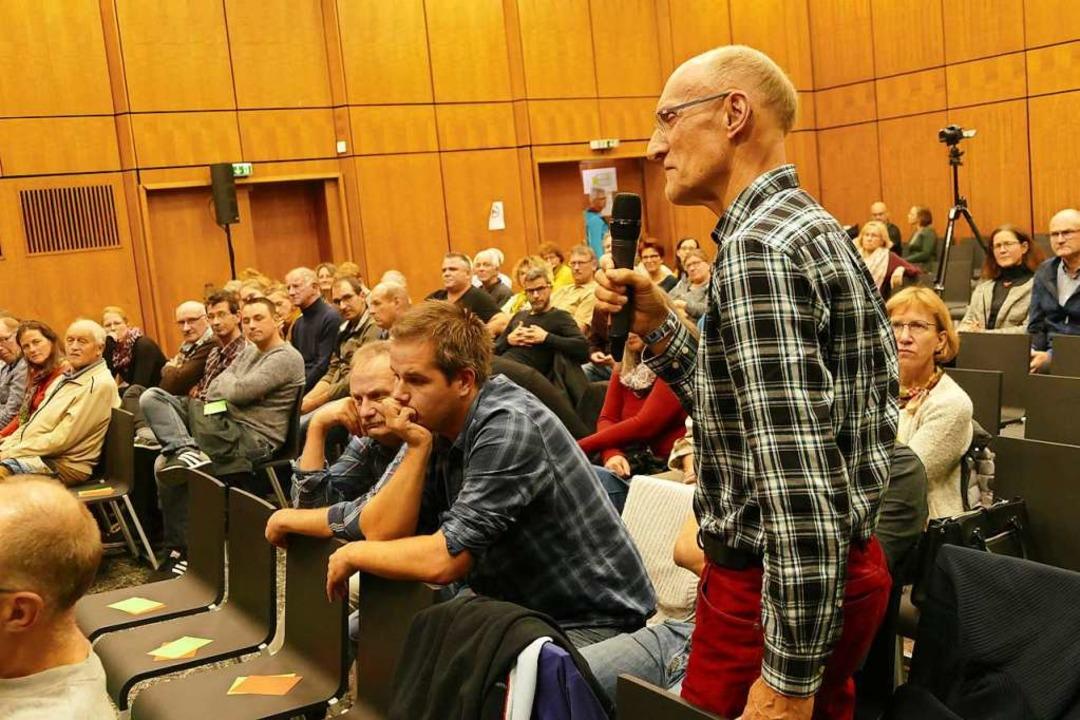 Das Volksbegehren wirft viele Frage au...wie Armin Wikmann (vorne am Mikrofon).  | Foto: Ulrich Senf