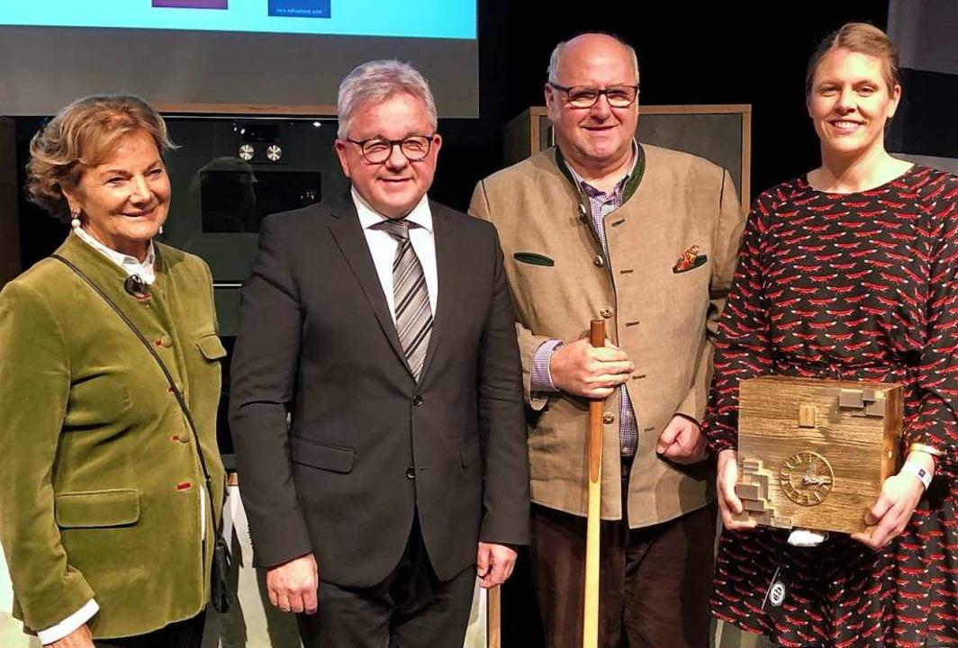 Minister Guido Wolf (2v.r) hat das Rom... Preis für die ganze Familie entgegen.  | Foto: Joachim Röderer