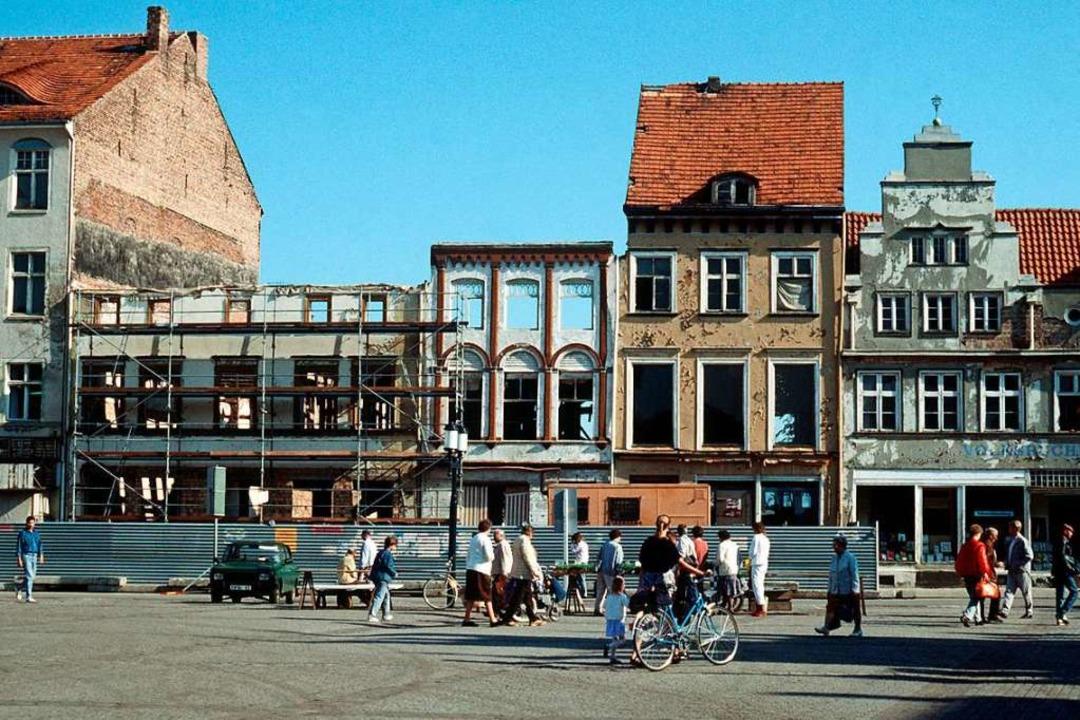 Viele Gebäude in ostdeutschen Städten ...n Foto aus Greifswald vom Sommer 1989.  | Foto: Stefan Sauer (dpa)