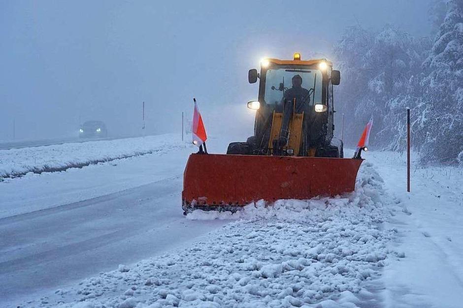 Erster Schnee wird auf der Schwarzwaldhochstraße geräumt. Bis zu zehn Zentimeter Neuschnee fielen hier. (Foto: Andreas Rosar Fotoagentur-Stuttg (dpa))