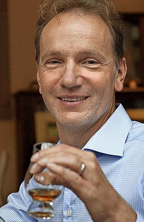 Frank Ernst bei der Verkostung einer seiner 900 Whiskys im Schwarzwälder Hof.   | Foto: Stephan Elsemann; ACHTUNG: Nur in Rück...dem Fotografen Zweitverwertung möglich