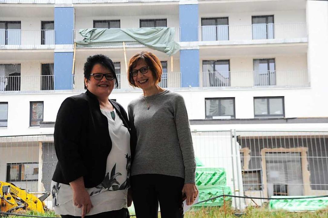 Andrea Walz (links) und Pia Späth vor ...-Bonhoeffer-Haus in der Bannmattstraße  | Foto: Nicolai Kapitz