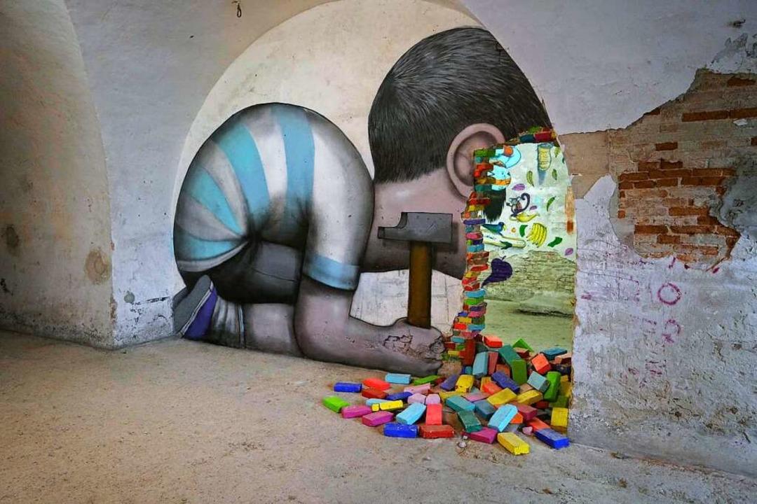 Ein Kind mit Hammer zeigt das Werk des  Franzosen Seth.   | Foto: Mausa