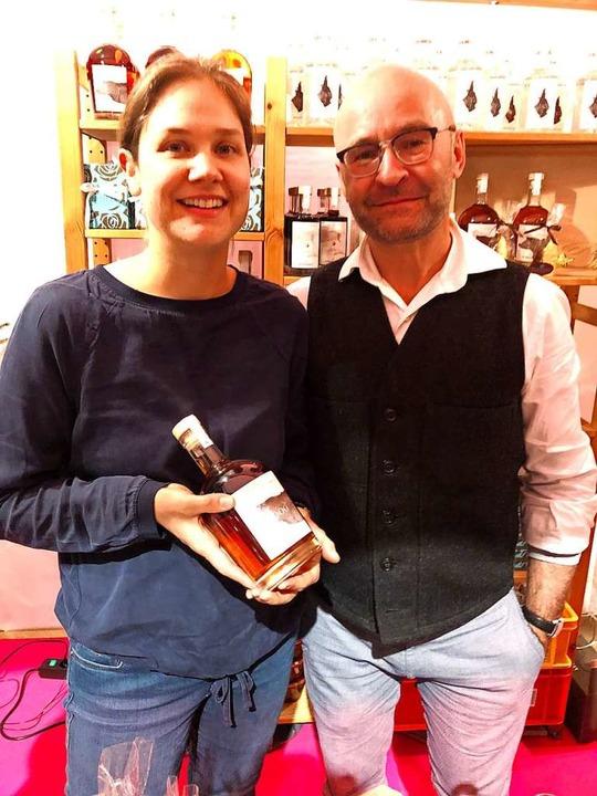 Sofie und Jean-Luc Masson vom Brandhaus 7 mit ihrem Wood-Whisky.  | Foto: Joachim Röderer