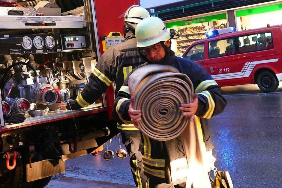 Das Zusammenspiel der Feuerwehrabteilungen beim Übungseinsatz im und am Sparkassengebäude Bonndorf verlief perfekt. (Foto: Stefan Limberger-Andris)
