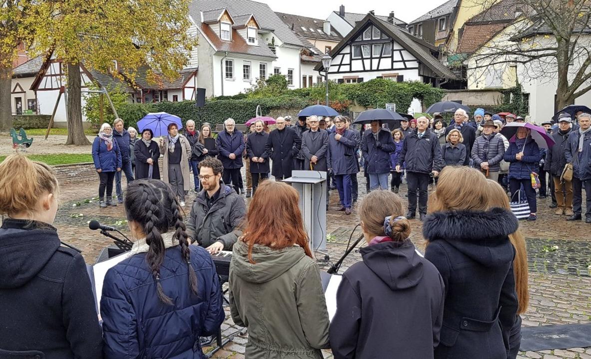 Ein Vokalensemble des Goethe-Gymnasium... die Gedenkfeier auf dem Schlossplatz.  | Foto: Gerhard Walser
