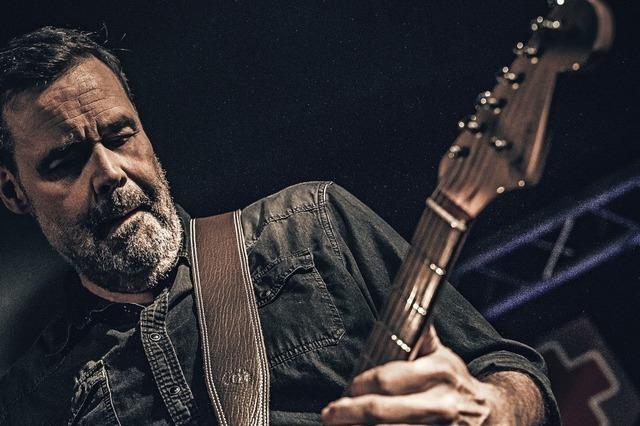 Gitarrist Andreas Diehlmann und seine Band stoppen bei ihrer Tour im Gasthaus Schiff Freiburg