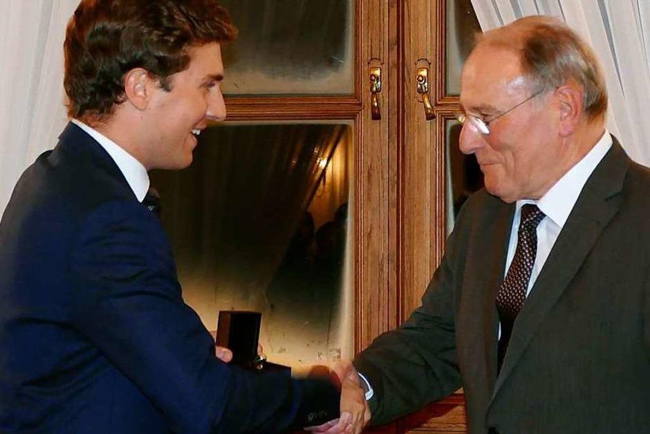 Bürgermeister Adrian Probst (links) gratuliert Johann Meier zur höchsten Auszeichnung, die die Stadt zu vergeben hat. (Foto: Susanne Filz)