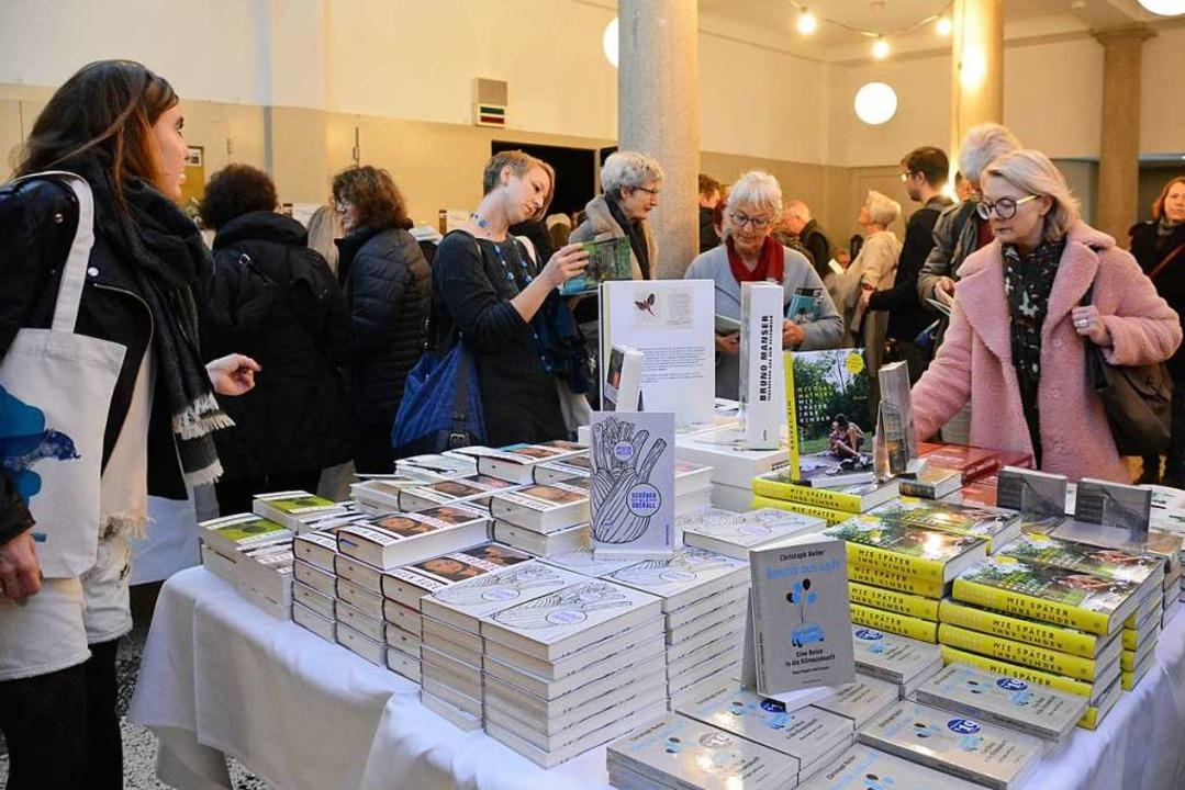 Im Volkshaus, dem Zentrum des Basler L...ten Büchertische viele Lesefreunde an.    Foto: Annette Mahro