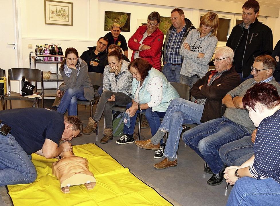 Mit Defibrillator und Herzdruckmassage...t Herzkammerflimmern gerettet werden.   | Foto: Gudrun Gehr