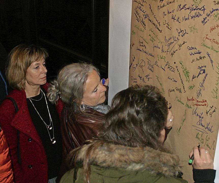 Auf einer großen Pinnwand konnte sich ...ewigen. Auch einen Lehrertisch gab es.    Foto: Hans-Jochen Köpper