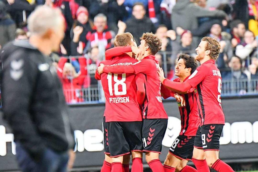 Petersen wird nach seinem Treffer vom Team gefeiert.  | Foto: Achim Keller