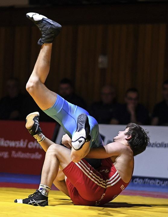 Und hoch das Bein:  RKG-Ringer Mihail ...inem klaren Sieg gegen Robin Schröck    | Foto: Patrick Seeger