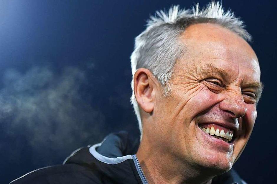 Hat gut lachen: SC-Trainer Christian Streich vor dem Anpfiff. (Foto: Patrick Seeger (dpa))