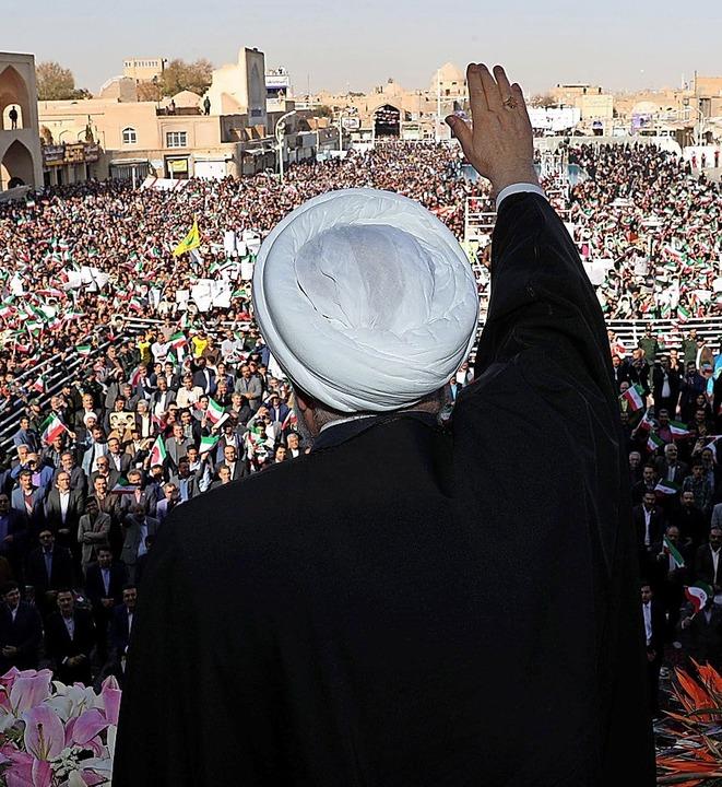 Präsident Ruhani verteidigt am Sonntag...ngern in Yazd den Bruch das Abkommens.  | Foto: HO (AFP)