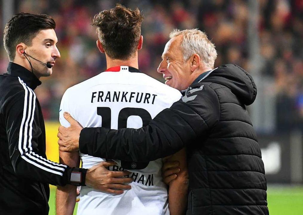 Versöhnung des Spieltages: Fast schein...raham von Christian Streich getröstet.  | Foto: Patrick Seeger (dpa)