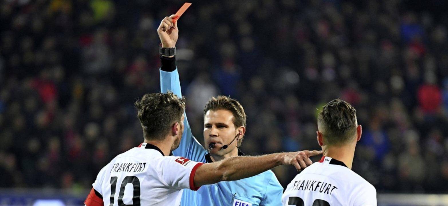 Schiedsrichter Felix Brych zeigt David...ner Christian Streich die rote Karte.   | Foto: Patrick Seeger (dpa)