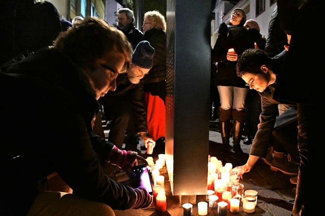 Mit Musik und Kerzen  wurde am Samstag...ogenannten Reichspogromnacht, gedacht.  | Foto: Barbara Ruda