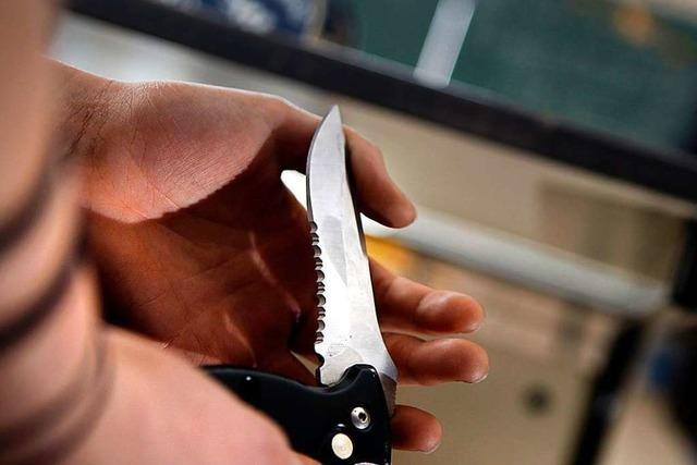Ein junger Mann ist in Bad Säckingen überfallen und mit einem Messer ins Bein gestochen worden