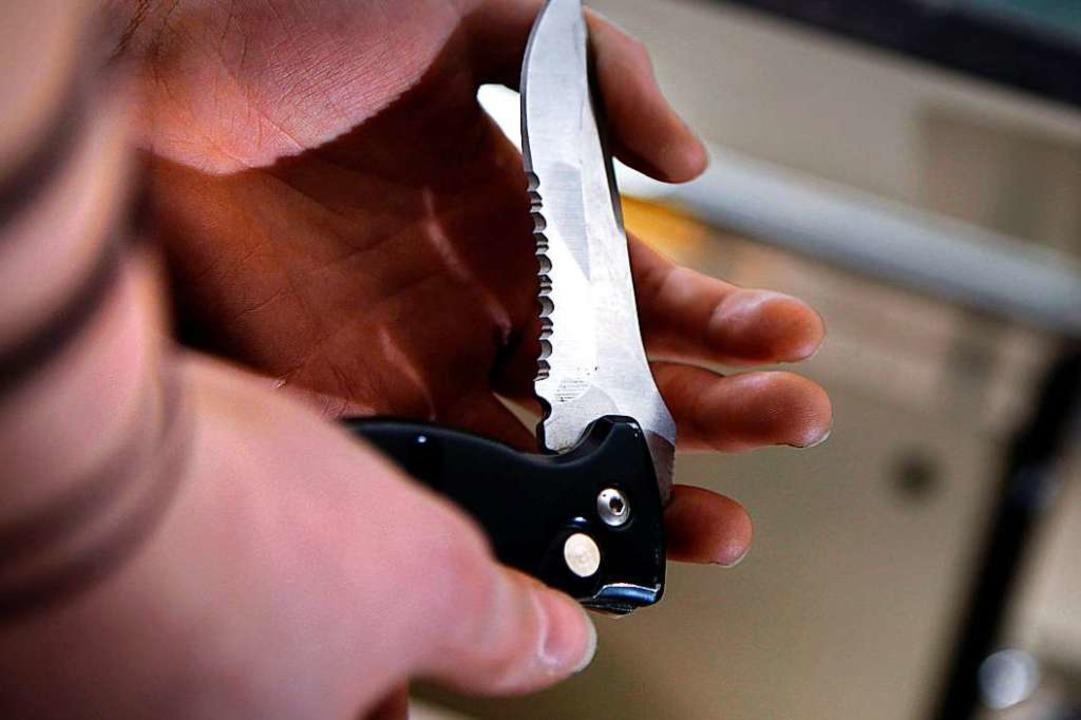 Mit einem Messer ist dem 20-Jährigen ins Bein gestochen worden (Symbol).  | Foto: Oliver Berg