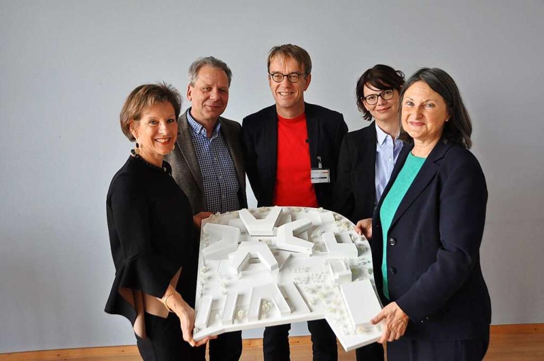 Marion Dammann, Thorsten Stolpe, Armin...on links) mit einem Modell des Campus.  | Foto: Daniel Gramespacher
