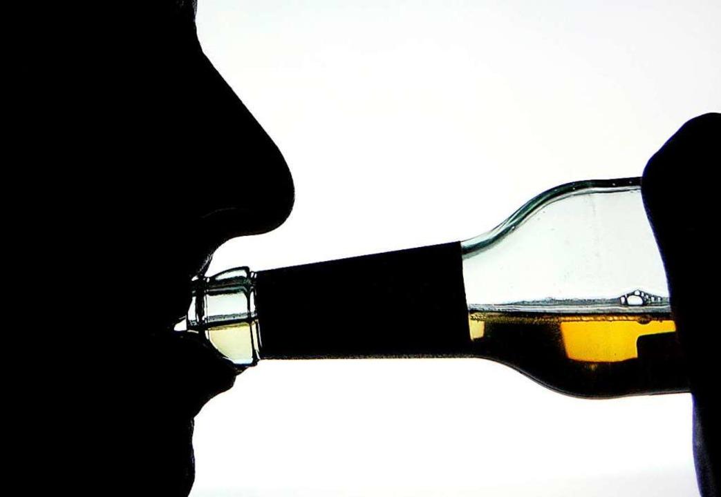 Wer Alkohol trinkt, sollte sich danach...Steuer eines Autos setzen (Symbolbild)  | Foto: Arno Burgi (dpa)