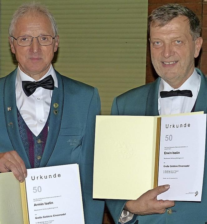 Armin Iselin und Erwin Iselin wurden für 50 Jahre aktives Musizieren geehrt.  | Foto: Aribert Rüssel