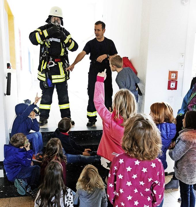 Wissbegierig verfolgen die Kinder die ...erwehrmannes und zur Brandbekämpfung.   | Foto: Gabriele Zahn
