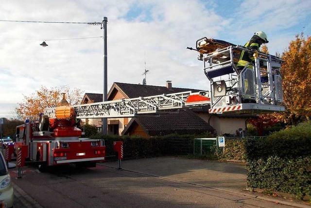 Denzlinger Feuerwehr rettet Mann mithilfe einer Drehleiter