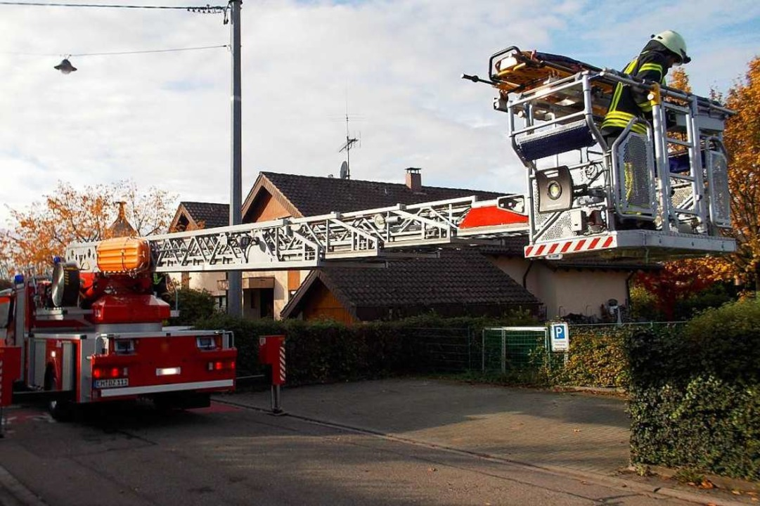 Mit einer Drehleiter konnte die Feuerw...s Mehrfamilienhauses abtransportieren.  | Foto: Feuerwehr Denzlingen