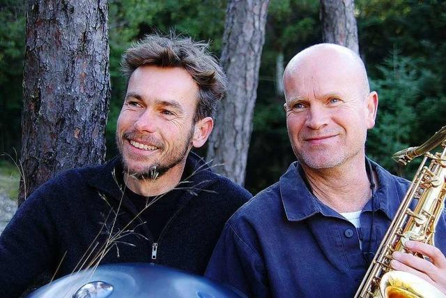 Der Hang-Spieler Thilo Wachter spielt zusammen mit Saxophonist Daniel Gebauer im Planetarium Freiburg