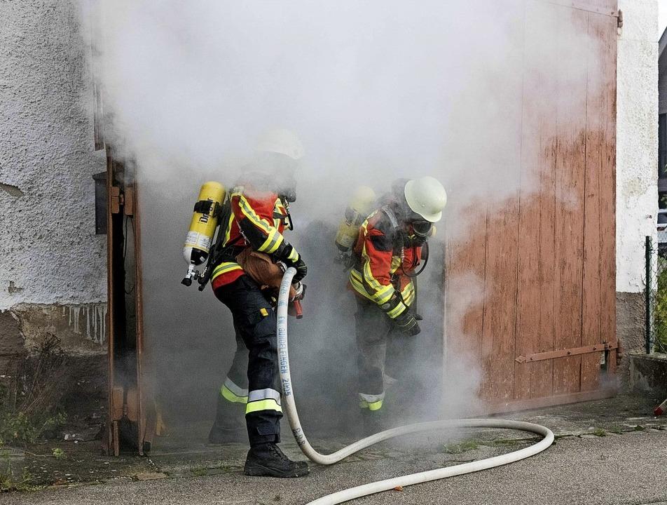 In dichtem Rauch: Zwei Atemschutzträge... üben an einer Puppe die Reanimation.   | Foto: Gabriele Zahn