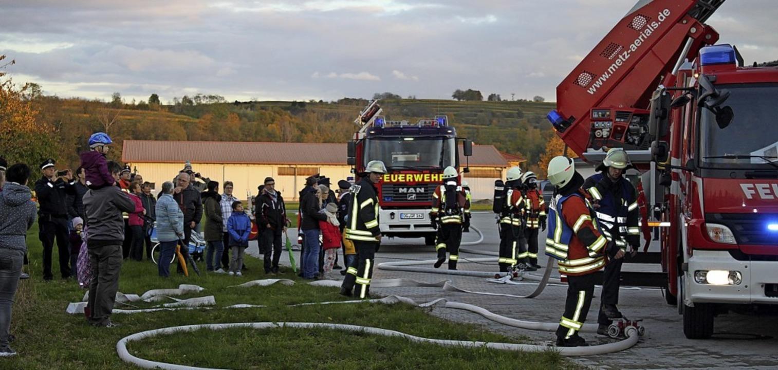 Viele Bürgerinnen und Bürger machten s...in Bild von der Arbeit der Feuerwehr.   | Foto: Adelbert Mutz