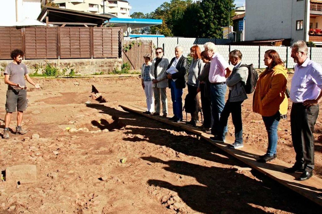 Grabungsleiter Francisco Gómez informi...hnung des früheren römischen Gebäudes.  | Foto: Babette Staiger