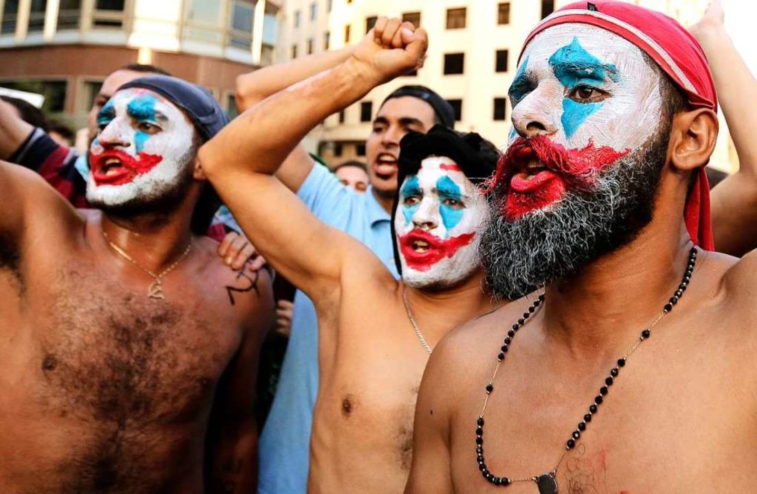 Geschminkte Demonstranten rufen Slogan...nd eines Protestes in Beirut, Libanon.    Foto: Hassan Ammar (dpa)