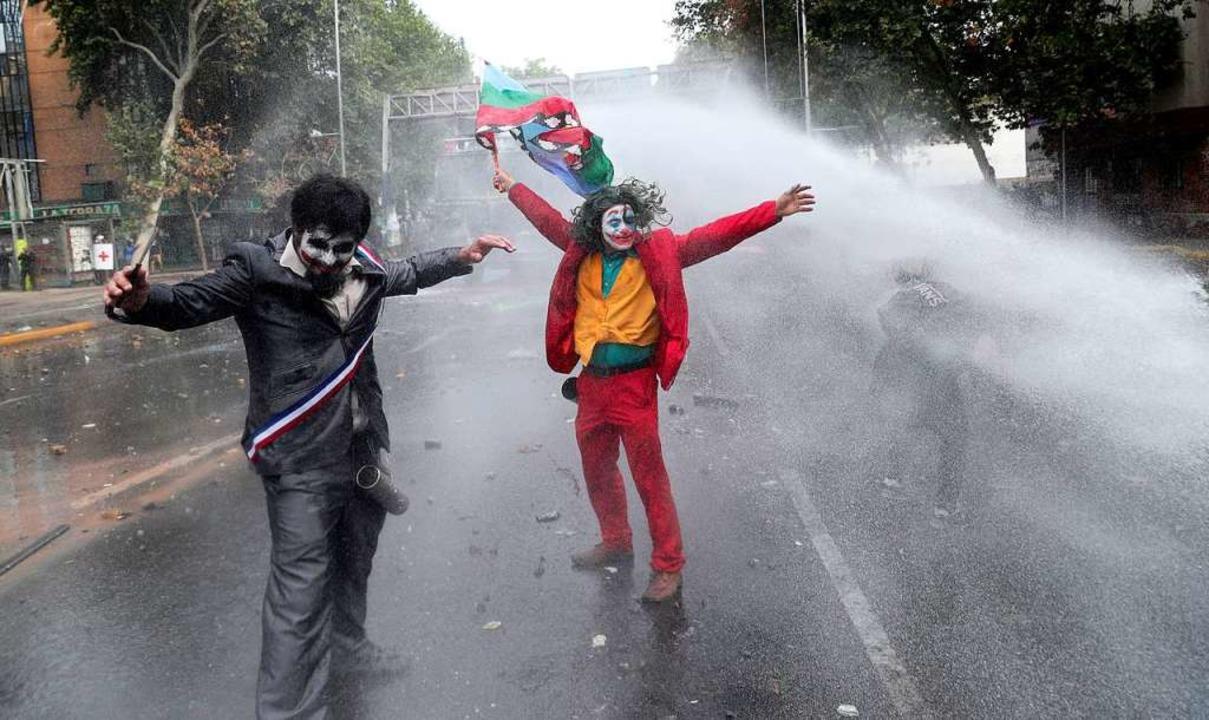 """Joker""-Kostüm bei einem Protest in Santiago, Chile    Foto: Esteban Felix (dpa)"