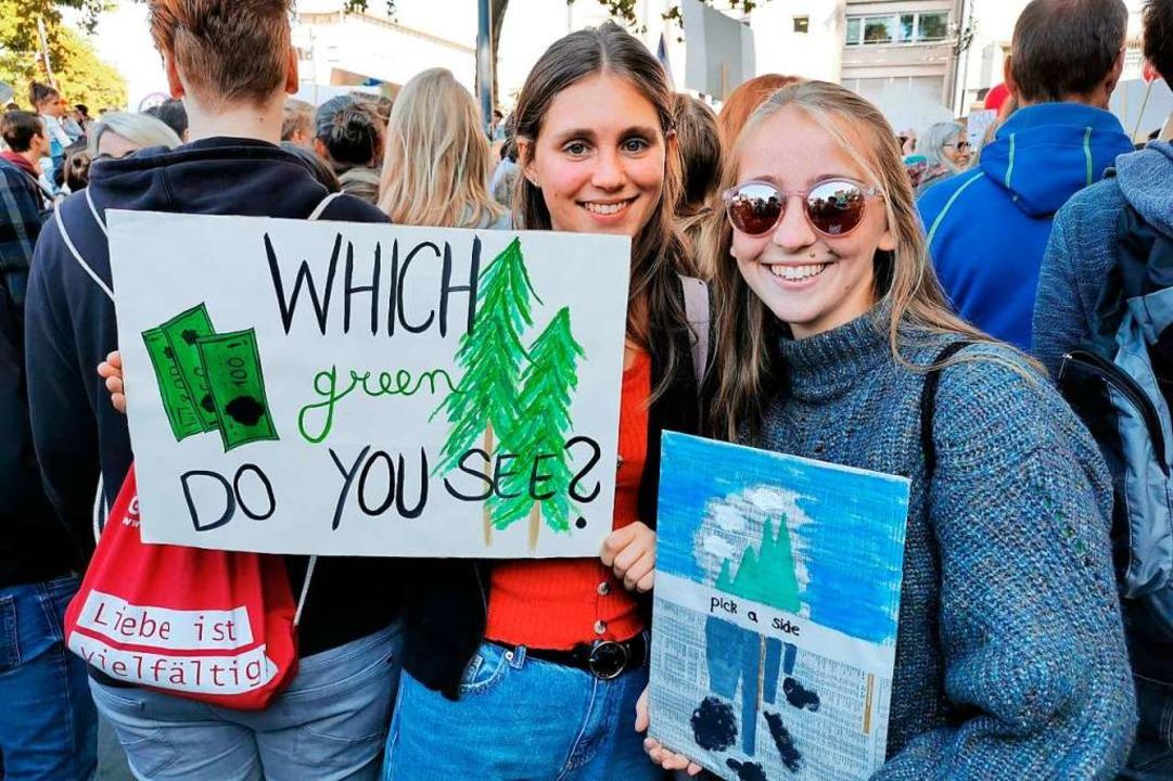 Schülerinnen streiken bei einer Fridays for Future-Demo in Freiburg.  | Foto: Manuela Müller