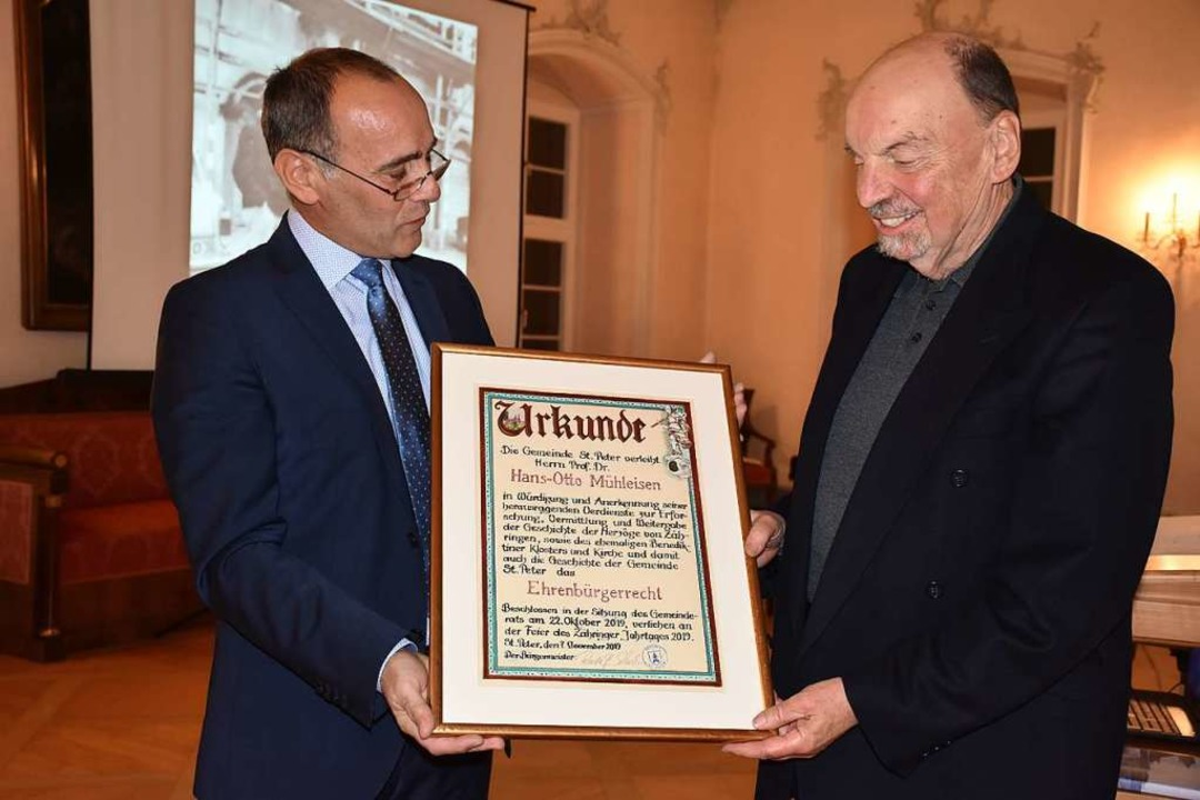 Bürgermeister Rudolf Schuler (links) ü...Ehrenurkunde  an  Hans-Otto Mühleisen.  | Foto: Thomas Biniossek