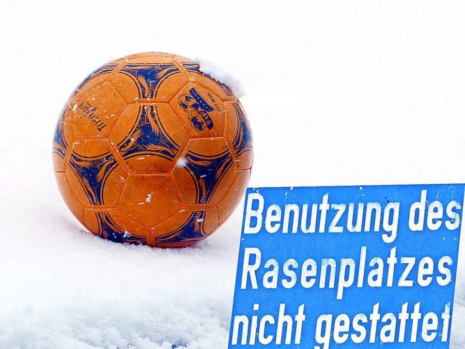 Der erste Schnee des neuen Winters ver... der Fußball-Kreisliga A, Staffel II.     Foto: Dieter Reinhardt