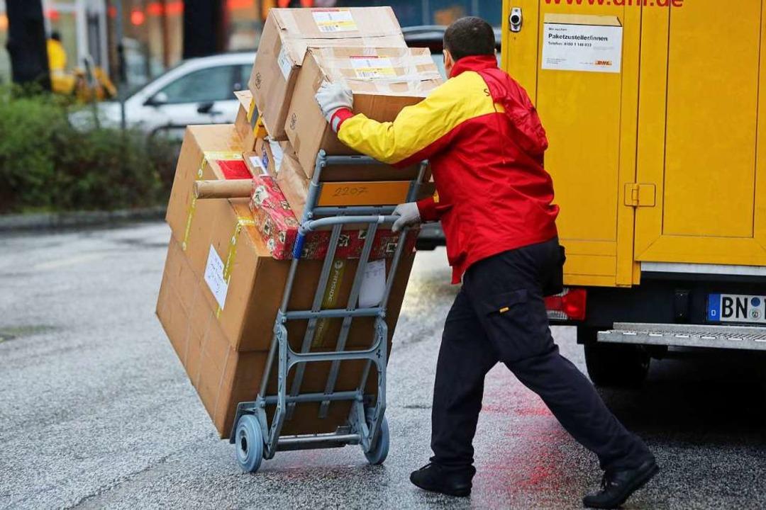 10.000 zusätzliche Mitarbeiter helfen ...eutschen Post beim Weihnachtsgeschäft.    Foto: Malte Christians (dpa)