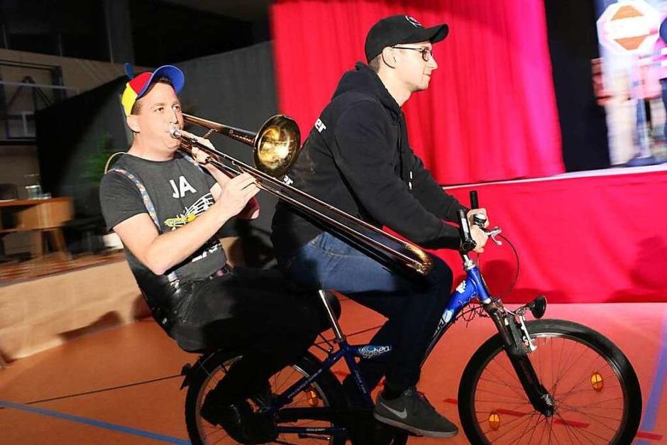 """""""Last Minute"""" kommen die letzen Guggenmusiker zur Einweihung des Verkehrsübungsplatzes. (Foto: Martha Weishaar)"""