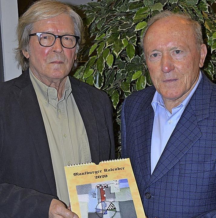 Bruno Haas (links) und Kalendermacher ...ng des neuen Maulburger Kalenders 2020  | Foto: Georg Diehl