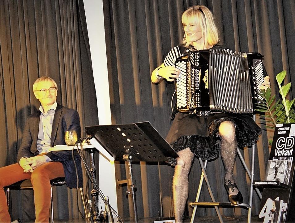 Neben Peter Schell alias Karl Faller  ...ern das   Publikum  im Schlösslesaal.   | Foto: Reinhard Herbrig