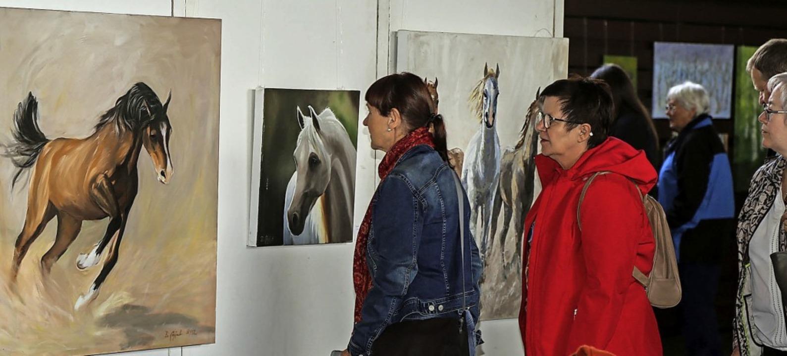 Am Sonntag machten sich erste Besucher...und Besucher ein Bild von den Werken.   | Foto: Sandra Decoux-Kone