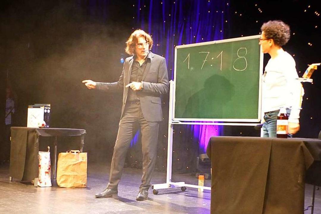 Zum Zaubern holte Thomas Helling auch Zuschauer auf die Bühne.    Foto: Claudia Bachmann-Goronzy