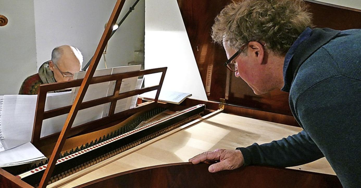 Interpret und Instrumentenbauer: Andre... Kern an dem Nachbau des Graf-Flügels   | Foto: Elke Kamprad