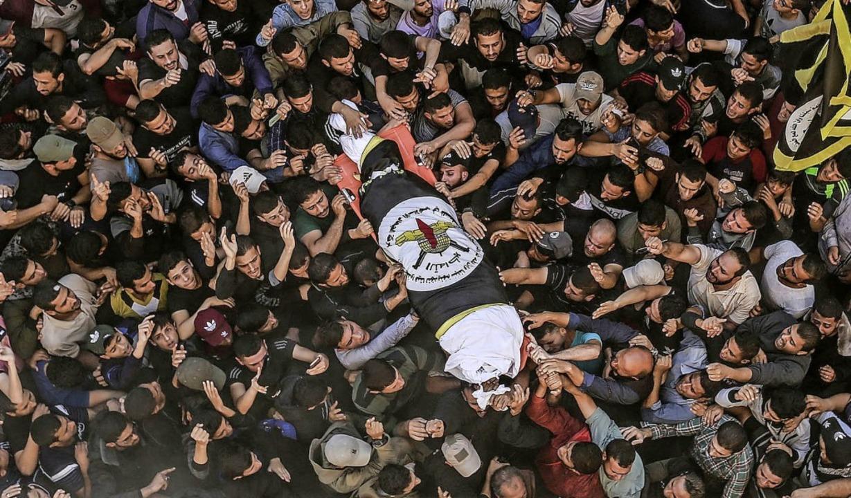 Trauernde tragen am Dienstag den Leich...ihad im Gazastreifen, zur Beerdigung.     Foto: Mohammed Talatene (dpa)
