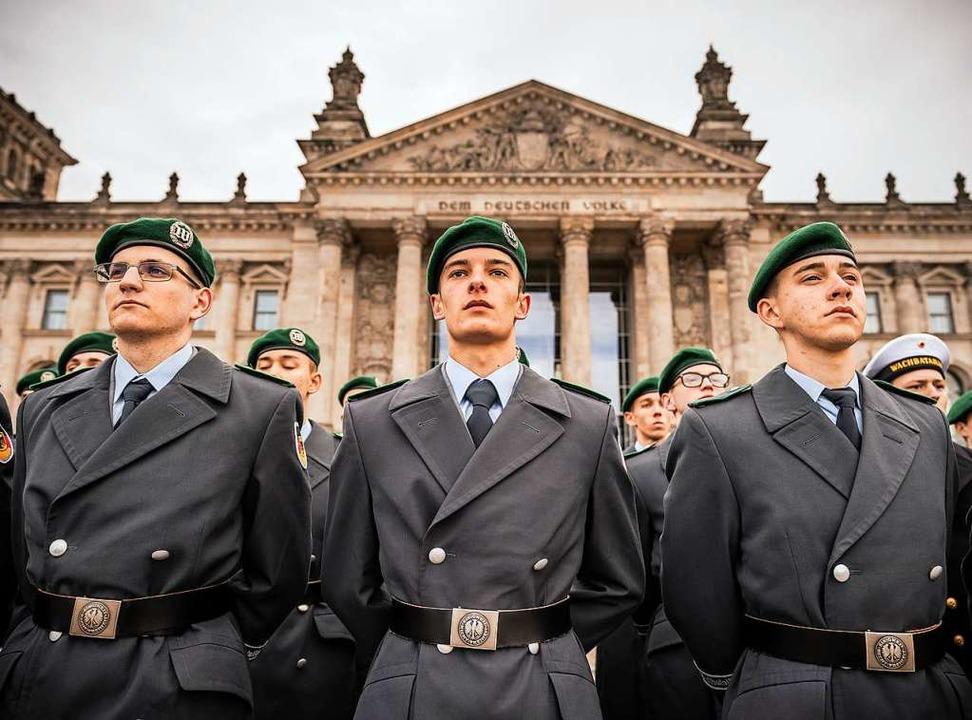 Rekruten am Dienstag vor dem Berliner Reichstag  | Foto: Michael Kappeler (dpa)